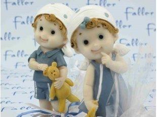 Grands bébés jumeaux avec doudou et leurs dragées
