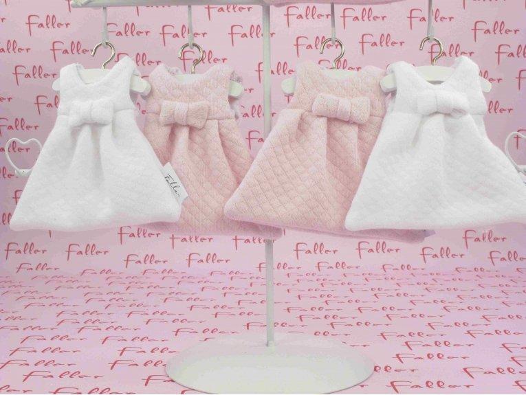 Robes gaufrées roses et blanches avec ses dragées baptême