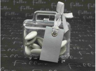 Valise avec étiquette argent et dragées de mariage