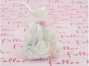 Pochon blanc à dragées fleurs blanches en relief baptême fille
