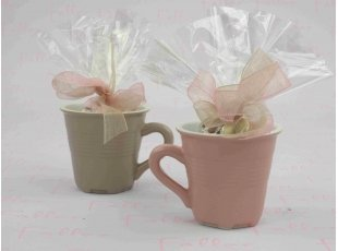 Tasse taupe et rose avec dragées baptême