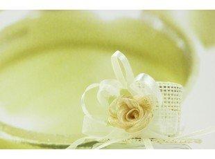 Chapeau écru avec fleur et dragées de mariage