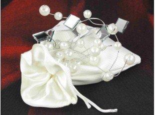 Dragées dans pochon tissu et déco perles mariage