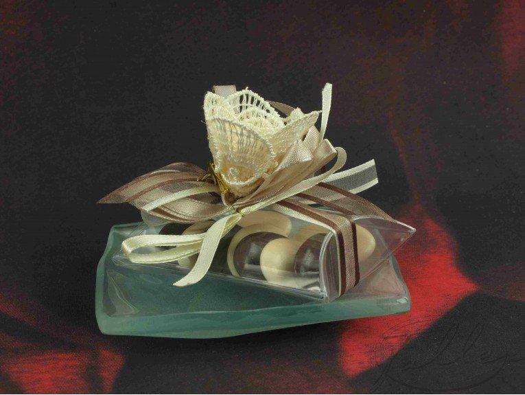 Dragees mariage dans assiette verre et deco fleur