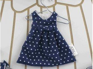 Dragées fille dans robe bleu marine à pois blancs