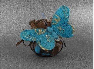 Dragées dans une bourse marron et papillon turquoise