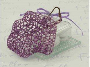 Dragees mariage sur assiette avec feuille lilas