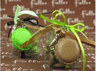 Macaron porte-clés marron-anis avec boite à dragées