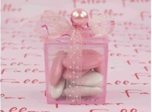 Dragees fille dans boite cadeau plexiglas rose
