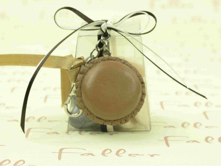 Boite à dragées avec macaron marron porte-clés