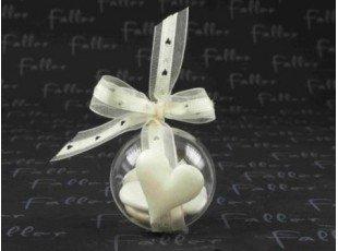 Coeur tissu ecru sur boule plexi avec dragees mariage