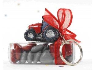 Dragees et tracteur rouge porte cle de bapteme