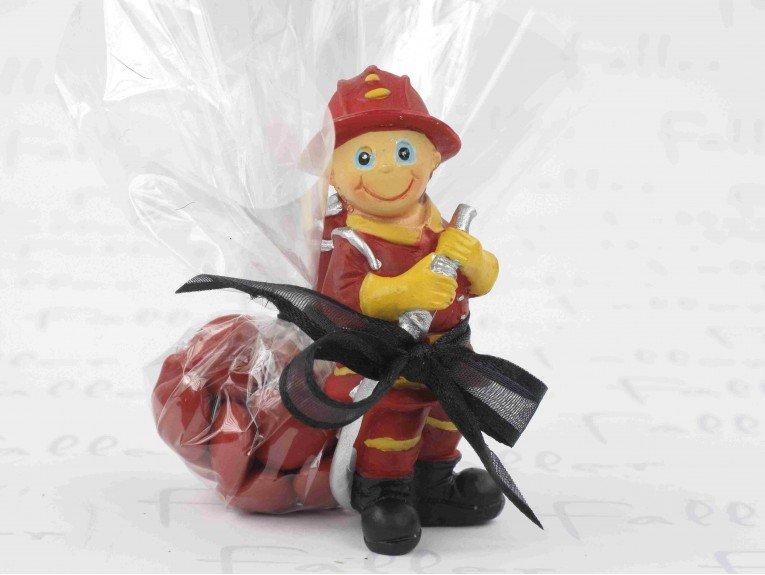 Petit pompier avec son pochon de dragees bapteme