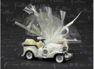 Petite voiture ancienne avec dragées de mariage
