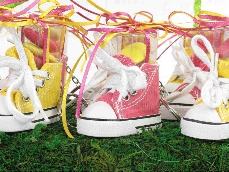 Basket fuchsia et jaune, dragées et porte-clés