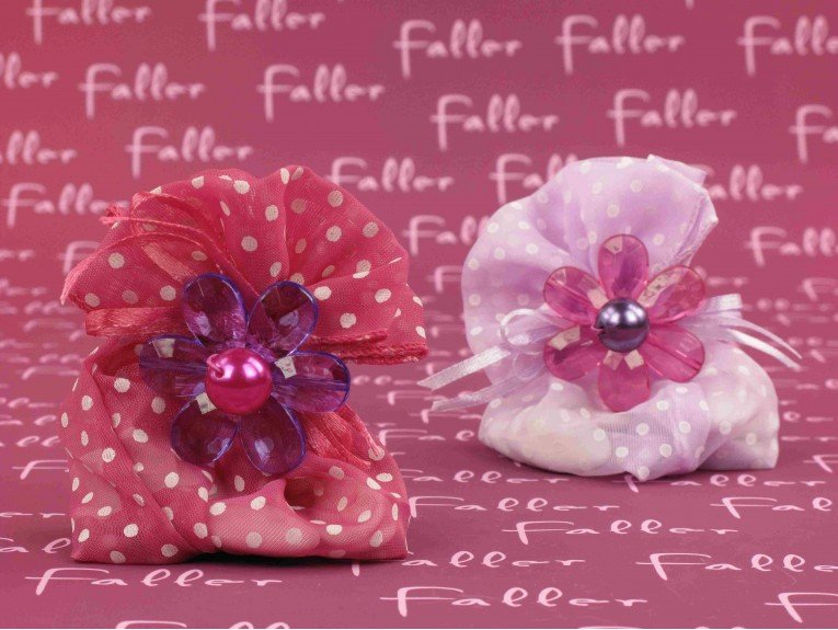 Pochons à dragées fleurs à pois pour baptême fille