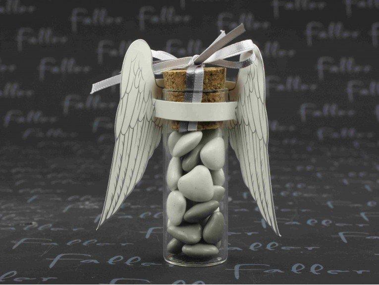 Ailes d'ange en papier sur éprouvette à dragées