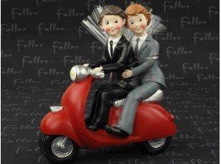 Couple hommes sur vespa avec dragées mariage