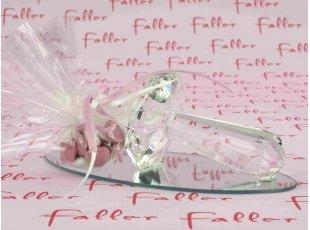 Tétine en verre déposée sur un socle miroir pour fille