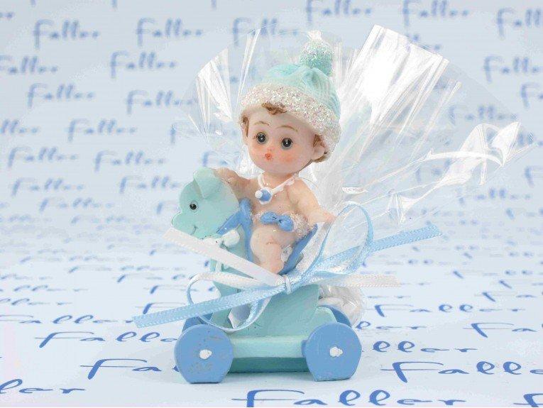 Bébé garçon avec dragées sur chien à roulette bleu