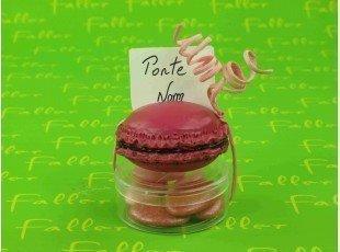Macaron fuchsia porte nom sur boite à dragées baptême