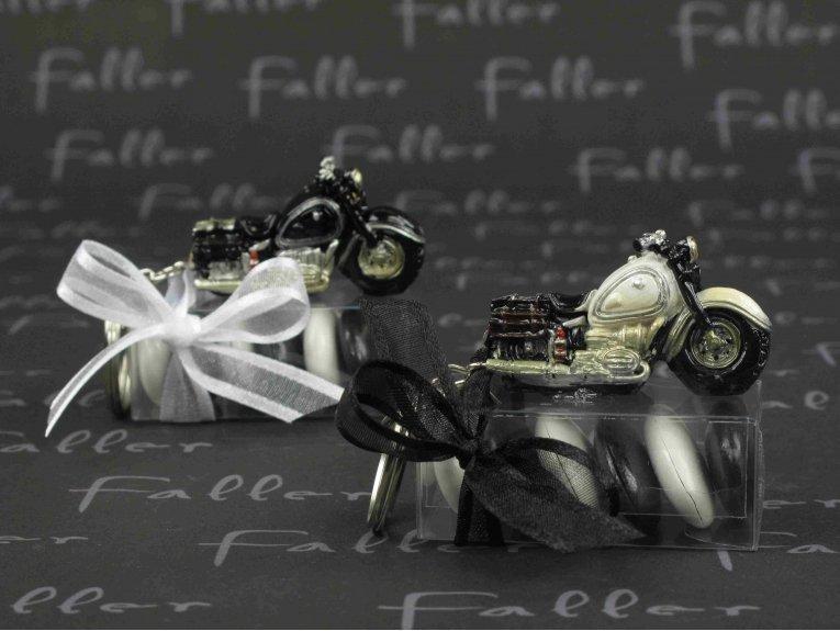Moto porte clef noire et  blanche avec dragées mariage