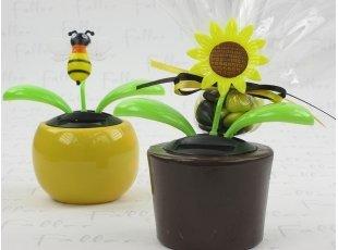 Pot avec abeille, fleur et pochon de dragées