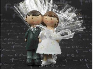 Couple de maries avec ses dragees au chocolat