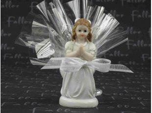 Communiante à genoux avec dragées de communion
