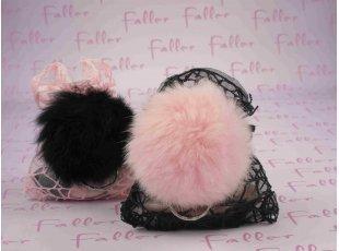 Pochons dragées baptême noir et rose avec porte-clés pompons