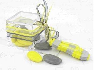 Tong porte clef jaune et grise avec dragees