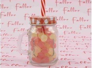 Verre avec paille rouge fille et couvercle vichy rempli de bonbons Dragibus