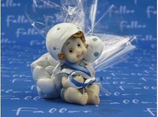 Figurine baptême bébé garçon avec ballon et dragées