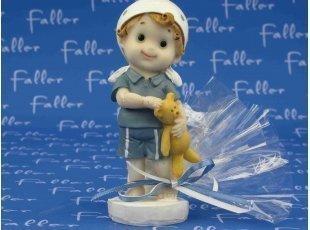 Dragées baptême avec figurine garçon câlinant son doudou