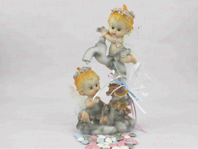 Grande figurine de jumeaux pour baptême robinet et fleurs avec dragées