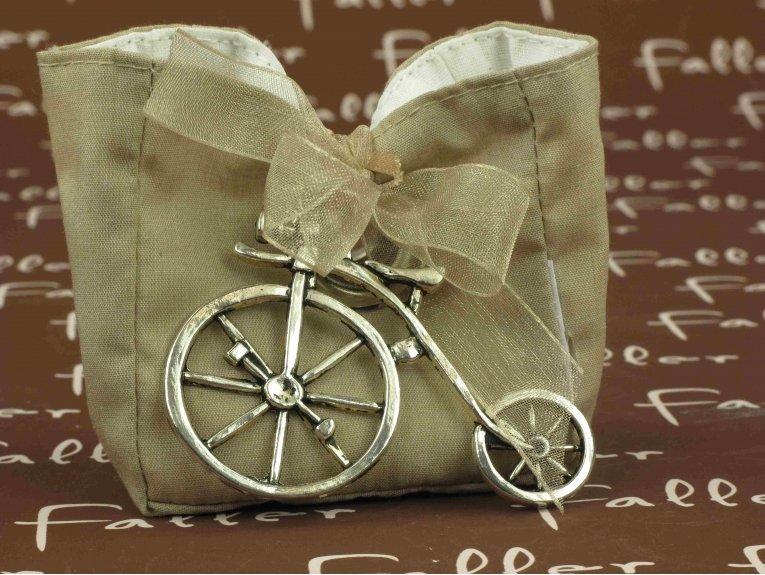 Sac taupe avec tricycle et dragées de baptême garçon