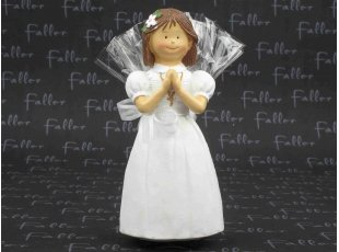 Grande communiante priant avec dragées communion
