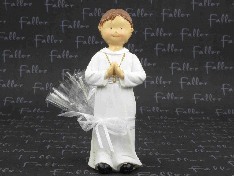 Grand communiant priant avec ses dragées communion