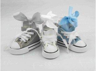 Porte-clés baskets blanche grise et bleue avec dragées