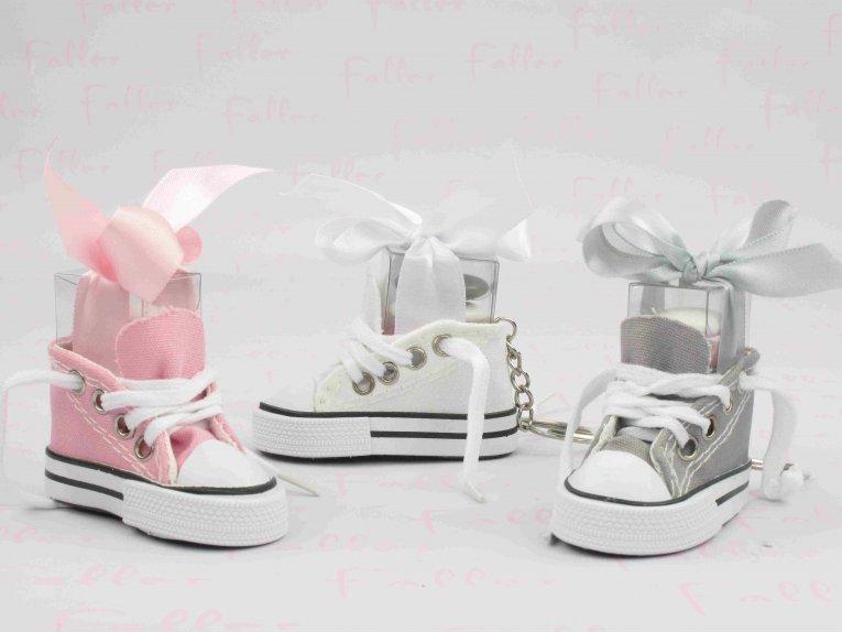 Porte-clés baskets blanche grise et rose poudre avec dragées