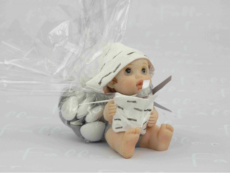 Bébé assis avec son journal et ses dragées coeurs