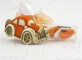 Voiture orange sur éprouvette et ses dragées de baptême