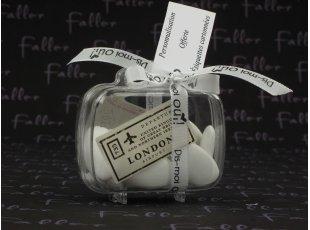 Valise transparente accompagnée de ses dragées pour mariage