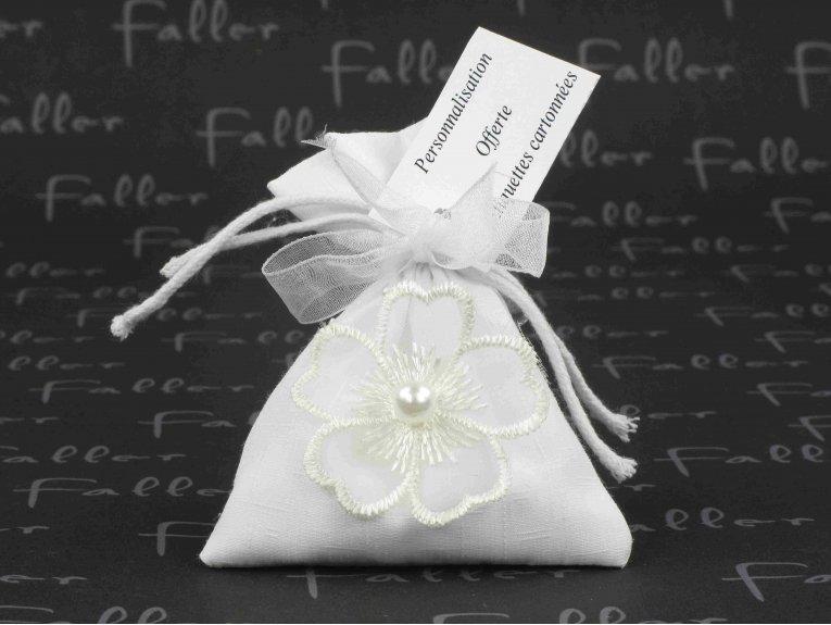 Pochon en coton blanc pour mariage et sa fleur