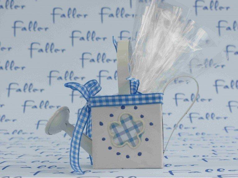 Arrosoir bleu avec ses dragées baptême chocolat