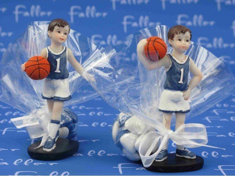 Petit joueur de basket avec pochon de dragees