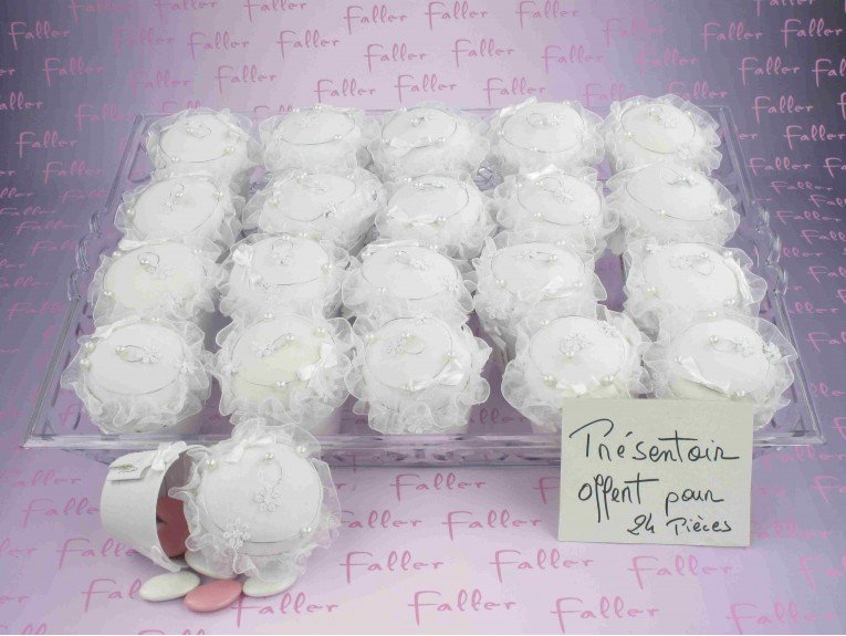 Cupcake fleuri blanc avec dragées baptême