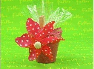 Cache pot fuchsia avec moulin a vent et dragees