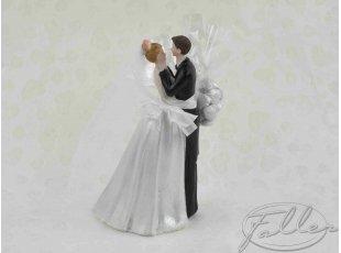 Couple de mariés enlacé avec dragées mariage