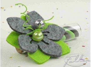 Dragées dans éprouvette avec fleur grise anis